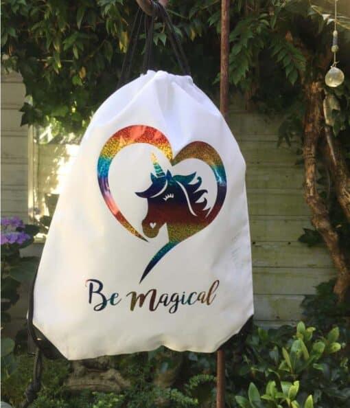 Trekkoord tas wit met eenhoorn in kleuren van de regenboog